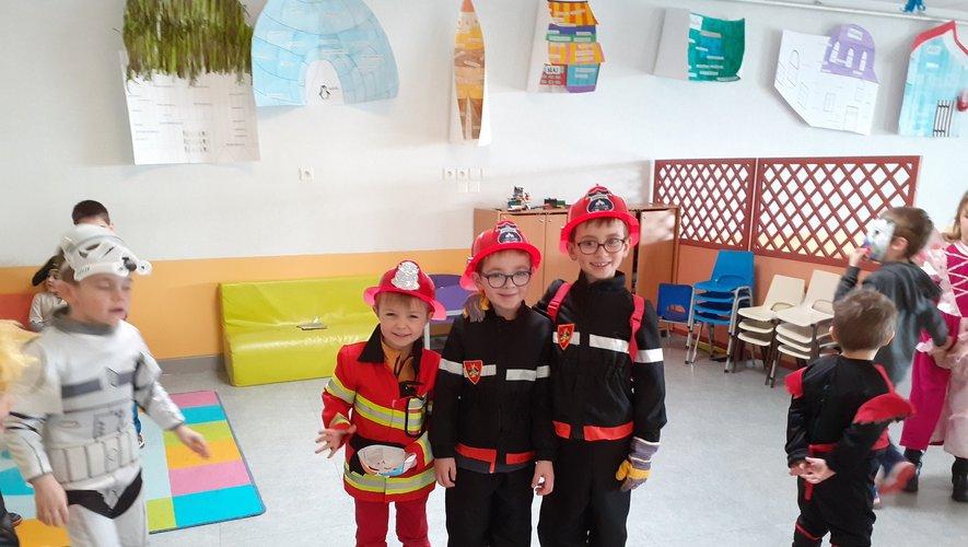 Parmi les héros représentés, d'adorables petits pompiers, comme un 'signe des temsp'..