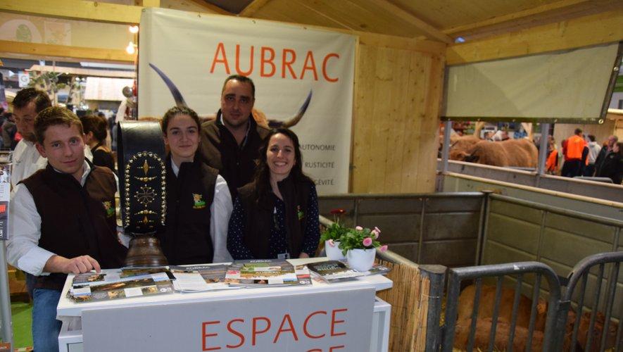 Claude Miquel (technicien), Lauriane Bos (stagiaire à l'Upra), Jean Ramon (éleveur  à Laguiole) et Sarah Castets (chargée de la communication à l'Upra) ont le sourire : rien ne cloche sur le stand de la race Aubrac et du PNR situé dans le hall 1 !
