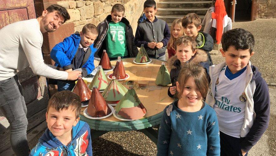 Les enfants en train de faire une expérience scientifique sur l'éruption volcanique.