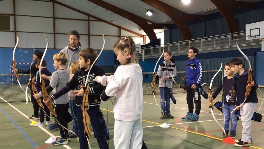 L'initiation au tir à l'arc au programme du centre de loisirs.