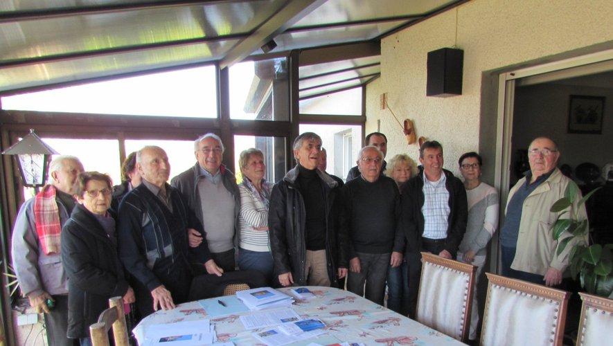 Serge Roques, maire, et Éric Cantournet, conseiller départemental ont participé aux travaux des Amis du Calvaire.