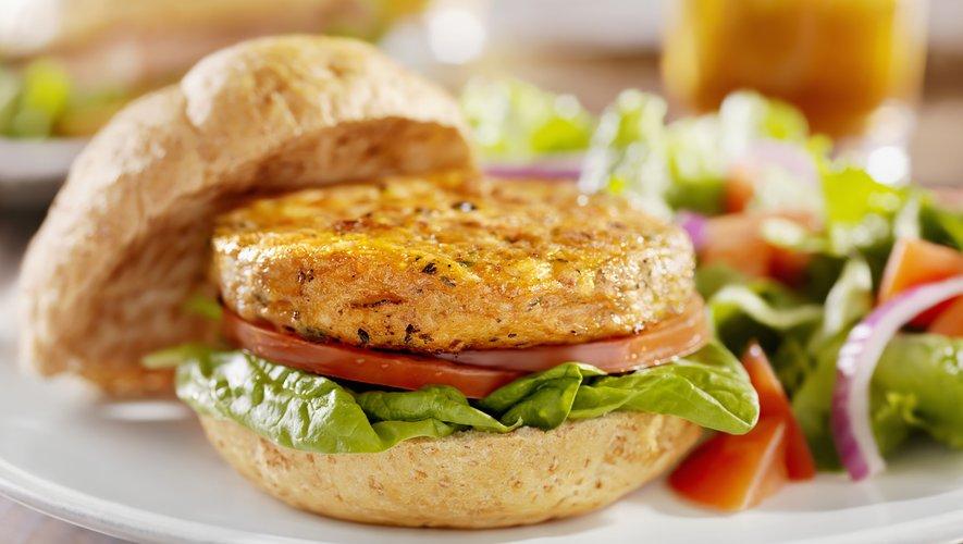 Sans OGM, sans gluten, ces pois jaunes sont au croisement des deux révolutions, alimentaire et climatique, souligne Mme Burstin: avec 23% de protéines en moyenne, ils sont l'une des alternatives possibles à la viande.
