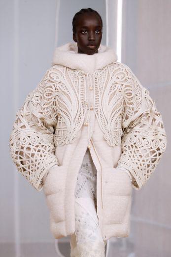 Mame Kurogouchi s'est intéressée aux techniques traditionnelles de tissage pour sa nouvelle collection, adaptées sur des pièces contemporaines. Le tout décliné dans une palette neutre inspirée de l'Islande. Paris, le 24 février 2020.