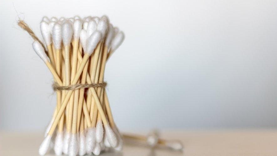 Il existe plusieurs alternatives aux cotons-tiges jetables, conçues à partir de matériaux plus respectueux de l'environnement tels que le bois, le papier ou l'inox.