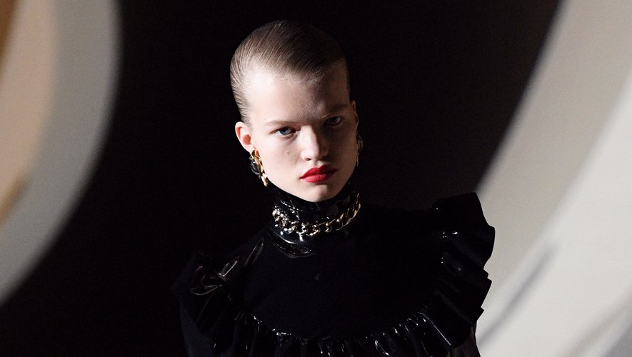 Les lèvres rouges classiques étaient au coeur du défilé Yves Saint Laurent, associées à des yeux à peine maquillés pour un effet maximal. Les coiffures gominées vers l'arrière ajoutaient un côté avant-gardiste aux silhouettes.