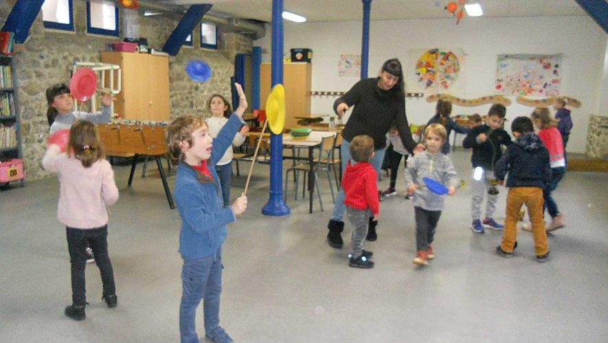 Activités sur le cirque pour les petits élèves de l'école publique.