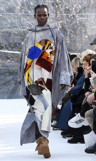 Pour sa première collection pour Kenzo, Felipe Oliveira Baptista signe un vestiaire nomade et urbain, avec des vêtements réversibles ou amovibles comme ces doudounes qui se transforment en sacs de couchage. Paris, le 26 février 2020.