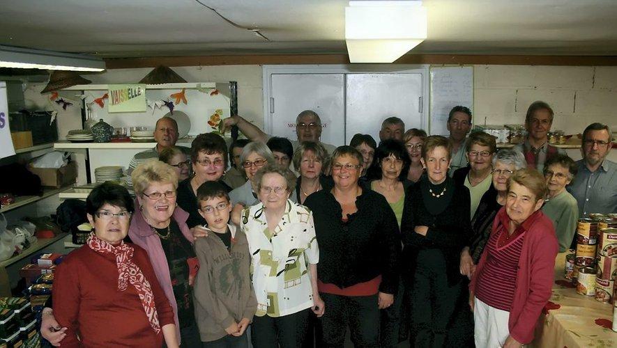 Sabine Renaud (pull noir au centre) à l'époque où elle assurait la présidence de l'antenne decazevilloise des Restos du coeur.