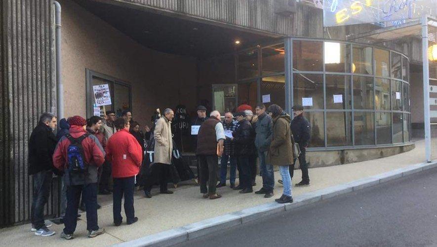 Une partie des membres d'Adéba a manifesté mercredi soir devant la salle Yves-Roques de Decazeville où avait lieu une réunion sur le tourisme.