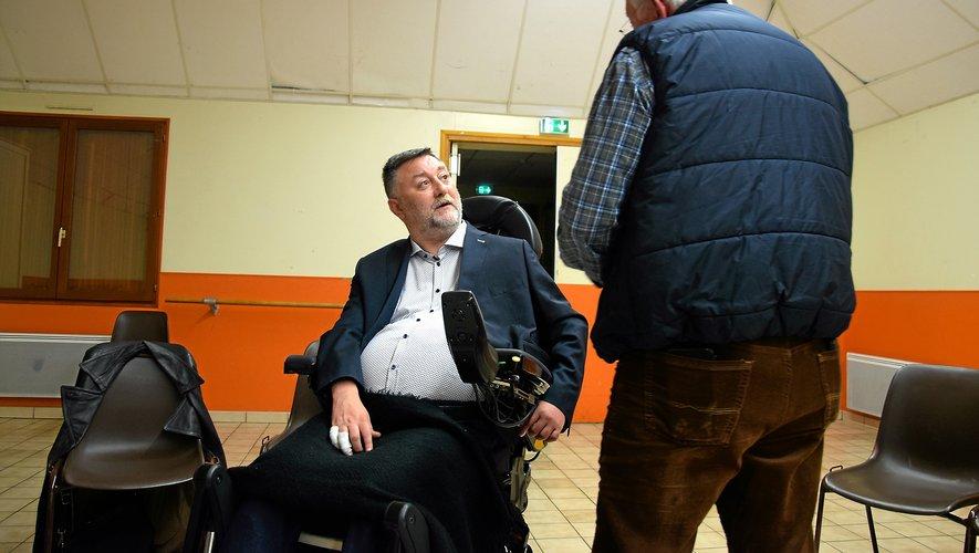 Jean-Philippe Murat,  en discussion avec un habitant du quartier de Saint-Félix, mardi soir, lors d'une réunion publique.