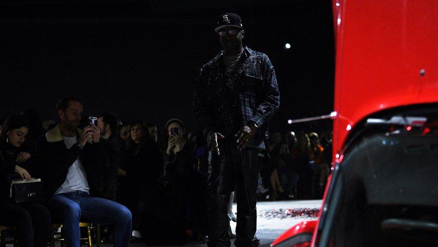 L'Américain Virgil Abloh s'embourgeoise et fait porter aux femmes tailleurs, talons et robes du soir dans un défilé de sa marque Off-White jeudi à Paris