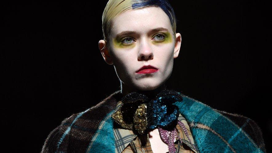 Un maquillage d'inspiration color block dans les tons de jaune fluo et de vert a produit une esthétique théâtrale au défilé Dries Van Noten. Les visages rejoignaient tout de même une certaine norme grâce à des lèvres très rouges.