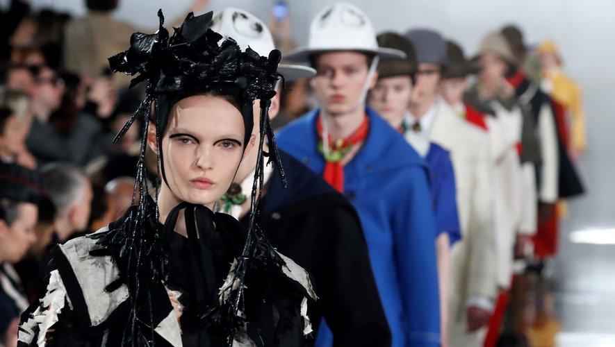 Un trait d'eyeliner abstrait et des sourcils peroxydés ajoutaient une certaine étrangeté aux mannequins Maison Margiela.
