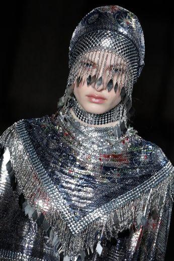 Des lèvres brillantes rappelaient les tenues réfléchissantes du défilé Paco Rabanne.