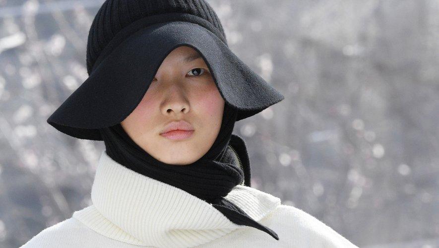 A l'inverse, les mises en beauté de Kenzo faisaient la part belle à la douceur et au confort avec des teints mats et du blush rose.