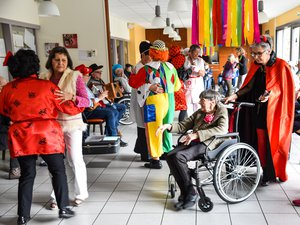 Résidents et personnel dans l'ambiance de carnaval