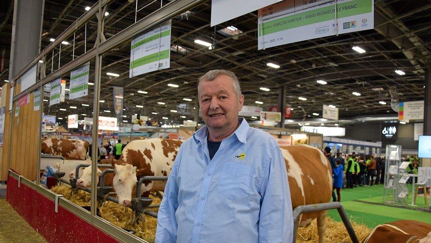 Gérard Fabié prend la pose devant d'autres simmental. Sa vache et celle de son fils est repartie dans la ferme familiale, à Prades-de-Salars.