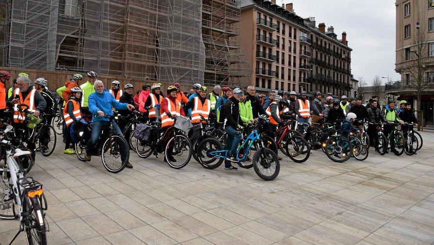 Les Cyclomotivés prêts à s'élancer pour un tour de ville vélorutionnaire !