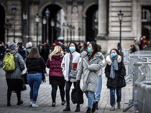 Des touristes portants un masque de protection à Paris.