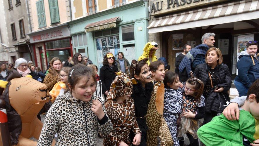 Ecoles et du foyer de vie réunis dans un joyeux défilé.