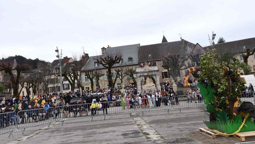 La foule des carnavaliers au carnaval des écoles sur le lieu du supplice