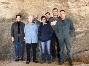 Magali Vaissier, à gauche, et une partie de son équipe devant le mur de résidus céréaliers.