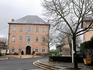 La mairie de La Cavalerie, théâtre d'un vif échange entre le maire et son conseiller municipal.