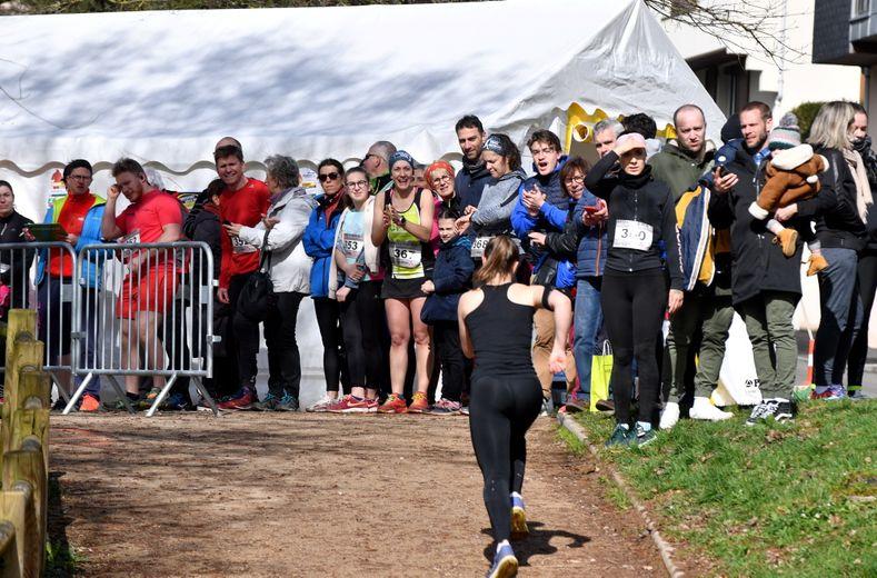 Des plus petits, alignés dimanche matin dès 10 heures, à leurs aînés sur 10 km individuel, par équipes de deux ou en Course nature, toutes les générations de sportifs étaient représentées au départ de la 17e Course des berges de l'Aveyron, organisée par le Stade Rodez athlétisme. Une édition réussie de l'avis du président Alain Cabaniols, qui nourrit cependant quelques regrets quant à la baisse du nombre d'inscrits du fait, peut-être, de la concurrence d'autres courses hier (lire aussi en pages Sport). L'épreuve a rassemblé 250 coureurs. Retour en images sur l'évènement.