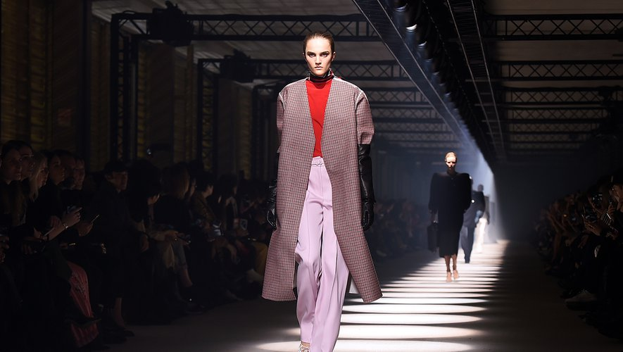 """Givenchy a célébré dimanche une """"beauté imparfaite"""" dans un défilé du prêt-à-porter féminin à Paris."""