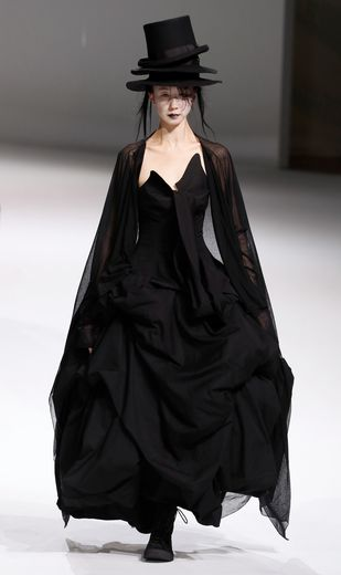 C'est un romantisme presque dramatique que met en lumière Yohji Yamamoto avec cette collection qui multiplie les références au XIXe siècle avec une réinterprétation de ces pièces dont les corsets. Paris, le 28 février 2020.