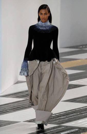 Loewe joue avec les proportions, avec des pièces volumineuses ou des manches longueur XXL, et n'hésite pas à mixer les matières pour une collection tout en contrastes. Paris, le 28 février 2020.