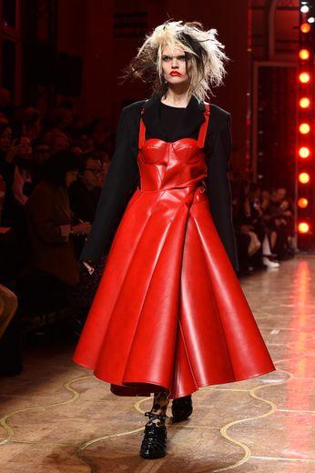 Si le noir était très présent ce week-end, Junya Watanabe le combine à un rouge vibrant pour une allure punk et sexy, avec des blousons de bikers, du cuir, ou encore des coiffures en bataille. Paris, le 29 février 2020.