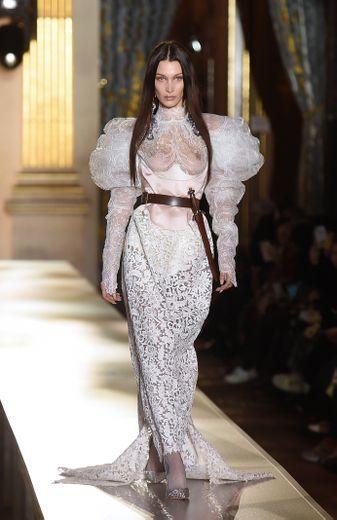 L'élégance côtoie le spectaculaire chez Vivienne Westwood qui fait défiler une mariée sophistiquée et audacieuse avec des matières nobles, de la transparence et des accessoires semblant tout droit sortis d'un film. Paris, le 29 février 2020.