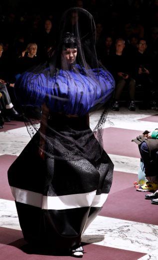 Ce sont des robes et des tenues protectrices qu'a proposées Comme des Garçons qui, comme d'habitude, joue sur les proportions avec des volumes surdimensionnés et des détails spectaculaires. Paris, le 29 février 2020.