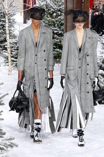 Thom Browne fait sensation en faisant défiler des duos vêtus de la même façon, présentant des grands classiques comme le blazer, le manteau droit, ou le tailleur. Paris, le 1er mars 2020.
