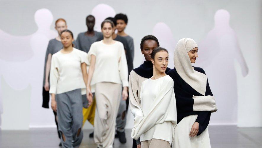 Tout en fluidité, la nouvelle collection Issey Miyake fait la part belle à la diversité mais d'une façon originale puisque les mannequins sont liés les uns aux autres grâce aux vêtements. Paris, le 1er mars 2020.
