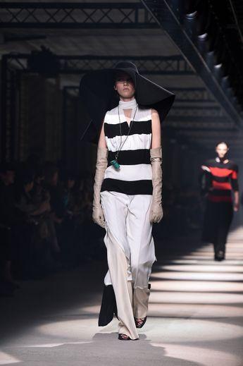Sensualité et puissance, force et délicatesse, c'est une collection contrastée que présente Givenchy avec des duos de couleurs incontournables comme le noir et le blanc, et une mode chic aux coupes impeccables. Paris, le 1er mars 2020.
