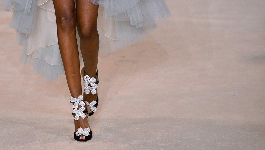 Les noeuds et les fleurs sont très présents chez Giambattista Valli qui orne même les chaussures des mannequins de ces détails chic et glamour. Paris, le 2 mars 2020.