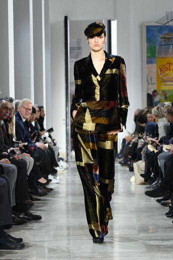 Akris met en avant une femme pleine d'assurance et nonchalante, un brin romantique, qui s'exhibe dans des vêtements élégants et confortables ornés d'imprimés graphiques. Paris, le 2 mars 2020.