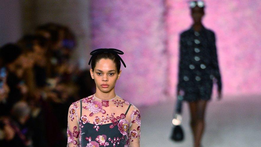 C'est une mode simple, épurée, sans chichi, qu'a présenté Giambattista Valli rendant hommage au style chic effortless de la Parisienne avec beaucoup de noir et de fleurs. Paris, le 2 mars 2020.