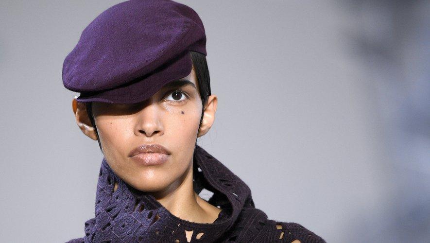 Akris livre une interprétation moderne du béret, revisité en casquette, qui domine cette nouvelle collection. Paris, le 2 mars 2020.