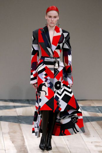 Les inspirations sont multiples chez Alexander McQueen, mais la femme apparaît puissante et indépendante. Le chic est à l'honneur avec une palette dominée par le rouge, le noir, et le blanc, et des motifs géométriques. Paris, le 2 mars 2020.