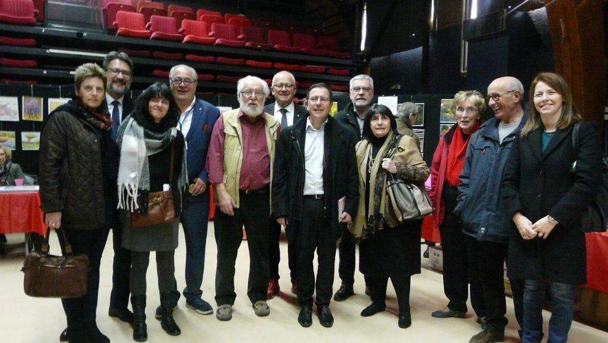 Le maire, les élus et les organisateurs autour de l'invité d'honneur Pierre Carayon.