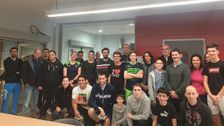 Les finalistes du Tournoi seniors avec participants et bénévoles.