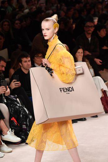 Le tote bag surdimensionné de Fendi. Milan, le 20 février 2020.