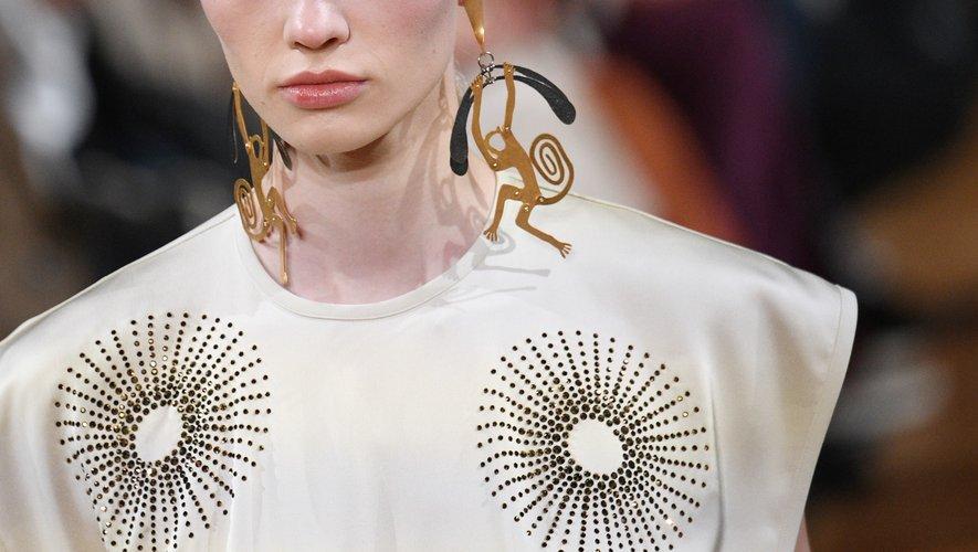 Les boucles d'oreilles et broches en forme d'animaux de Stella McCartney. Paris, le 2 mars 2020.