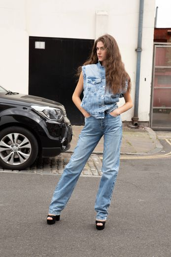 Un look issu de la collection Dua Lipa x Pepe Jeans.
