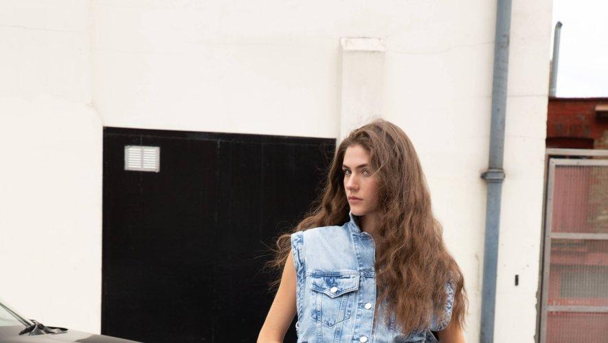 Un look issu de la collection Dua Lipa x Pepe Jeans.