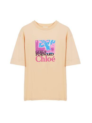 """Le T-shirt """"Girls Forward"""" de Chloé pour soutenir les programmes de l'UNICEF en faveur de l'égalité des sexes."""