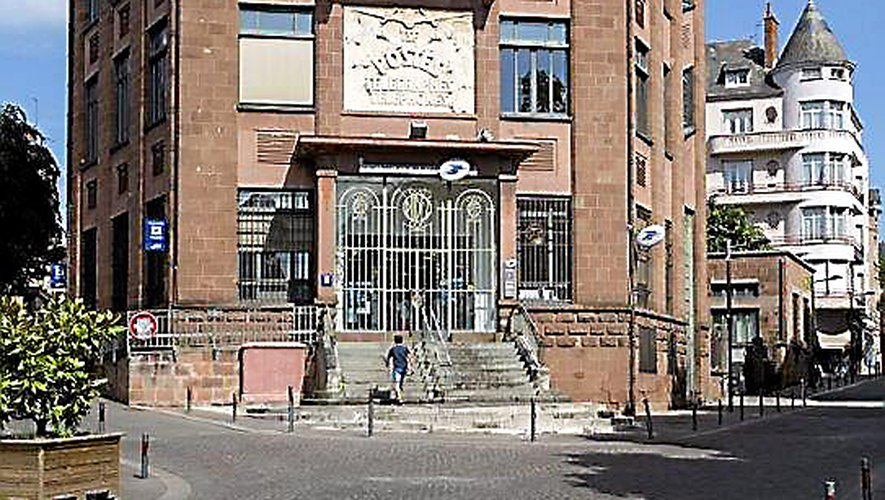 La façade de l'Hôtel des Postes aux décors et aux ferronneries Art déco.